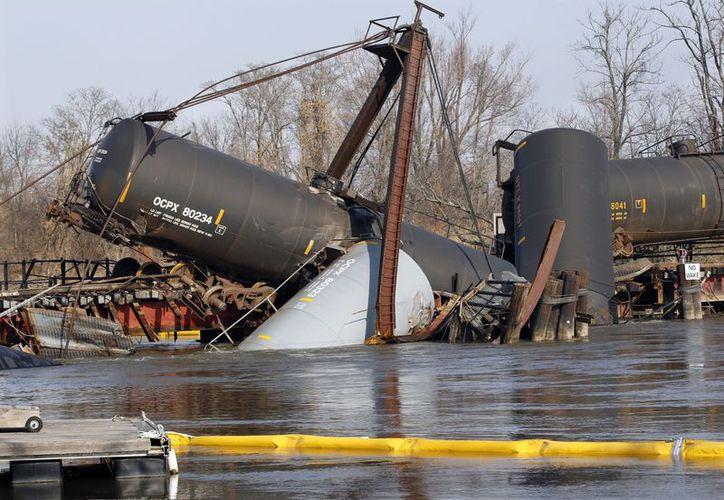 Siete vagones del tren de carga se descarrilaron cerca de un puente que cruza el río Mantua. (Agencias)