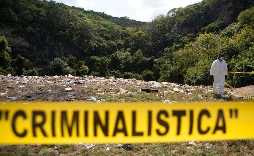 Especialistas internacionales realizaron un peritaje del Caso Ayotzinapa que ya entregaron a la PGR. (AP)