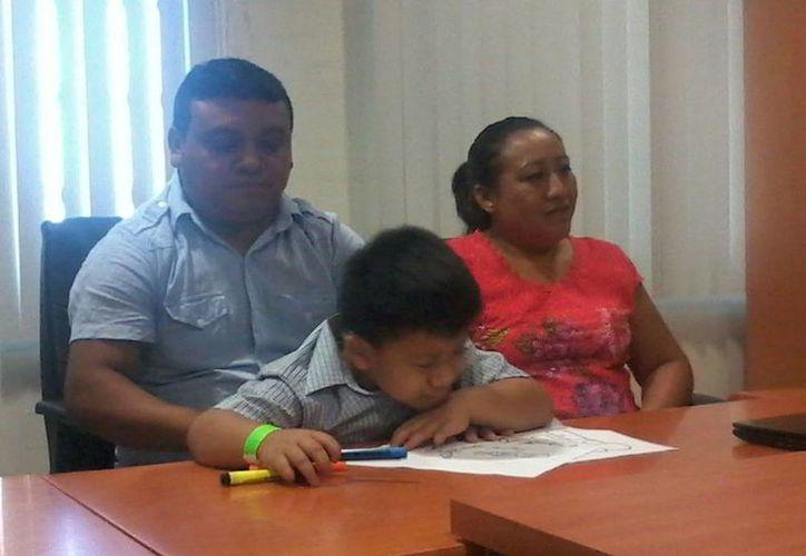 Imagen de la familia del menor durante la rueda de prensa. Josef  será intervenido quirúrgicamente el próximo jueves para ponerle un implante auditivo. (Coral Díaz/SIPSE)