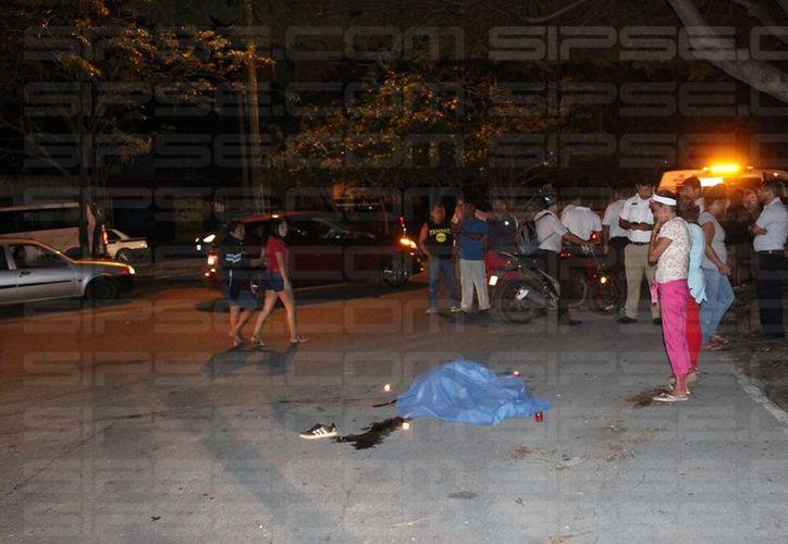 Un menor de edad murió luego de que el triciclo en el que viajaba fue embestido por un automóvil, en la Región 95 de Cancún. (Rubén Darío Cruz/SIPSE)