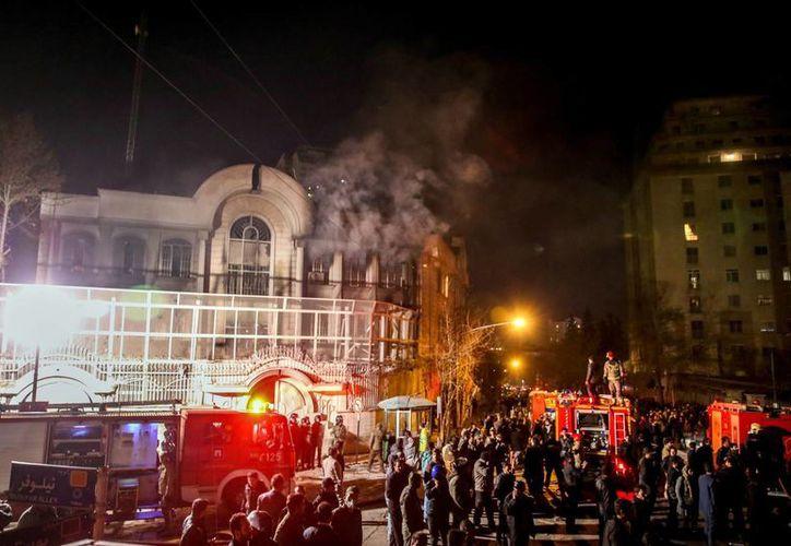 Los manifestantes asaltan el edificio de la embajada saudí en Teherán en protesta por la ejecución de un clérigo chiíta. (EFE)