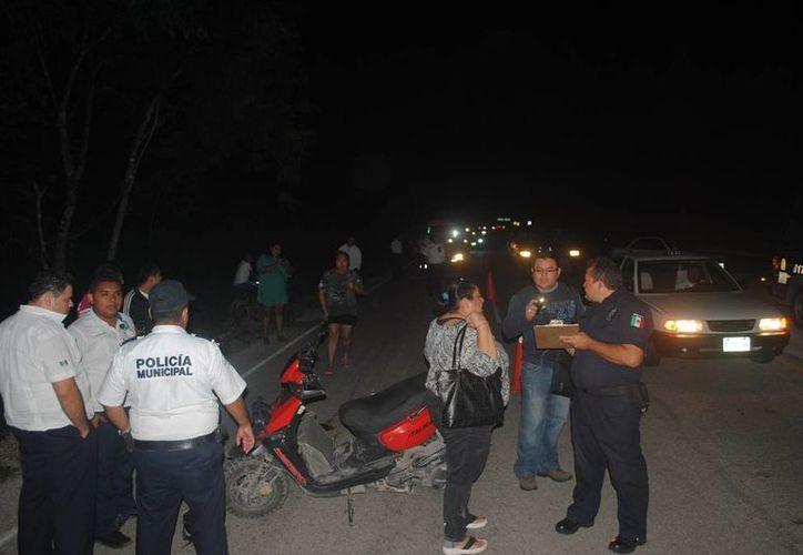 La conductora de una motocicleta fue trasladada grave tras ser arrastrada por una camioneta en la carretera Playa de Carmen - El Tintal. (Redacción/SIPSE)
