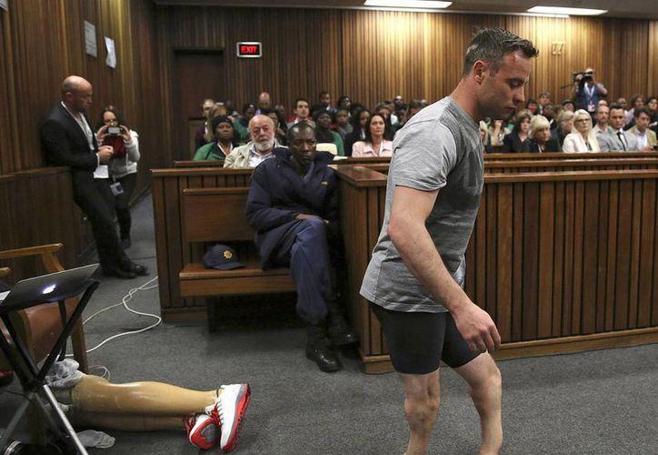 Foto de archivo de Oscar Pistorius mientras caminaba sobre sus piernas amputadas, durante su juicio en el Tribunal Superior en Pretoria, Sudáfrica. La sentencia final por el asesinato de Reeva Steenkamp será el próximo 6 de julio. (Siphiwe Sibeko a través de AP)