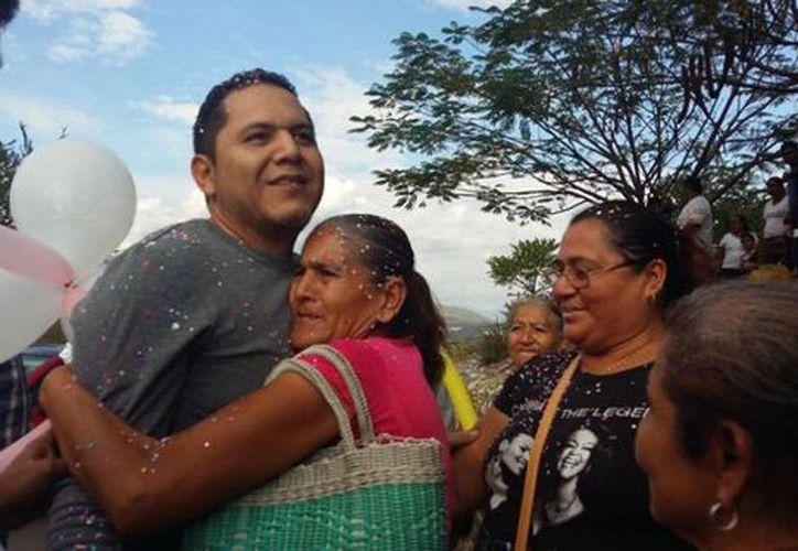 PRD demandó a la PGR una disculpa pública por el arresto de Erick Ulises Ramírez Crespo, alcalde con licencia de Cocula. Imagen de su recibimiento en su poblado de origen. (Rogelio Agustín/Milenio)