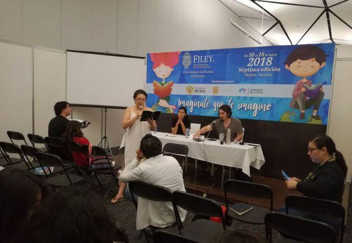 El público participó con su lectura en la presentación del poemario. (Foto: Joel González/SIPSE)