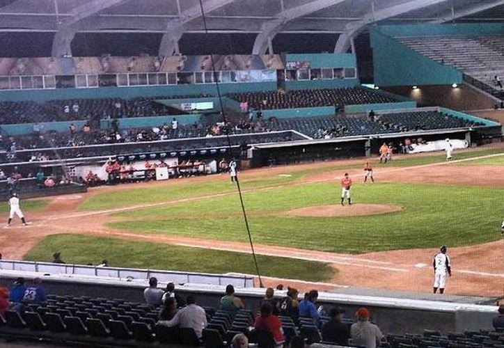 """Fue escaso el público que asistió ayer al estadio """"Francisco I. Madero"""" de Saltillo, en el partido de Saraperos contra Leones. (Milenio Novedades)"""