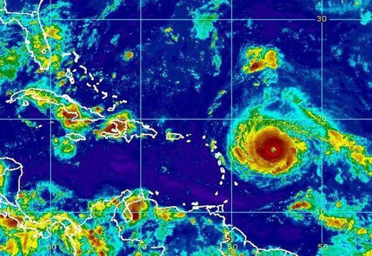 Irma continúa su desplazamiento rumbo a las Antillas Menores. (AP).