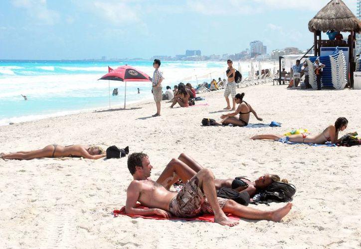 Un total de 42 turistas nacionales se esparcirán por los diversos destinos turísticos, dejando un gasto equivalente a  278 mil 103 millones de pesos. (Tomás Álvarez/SIPSE)