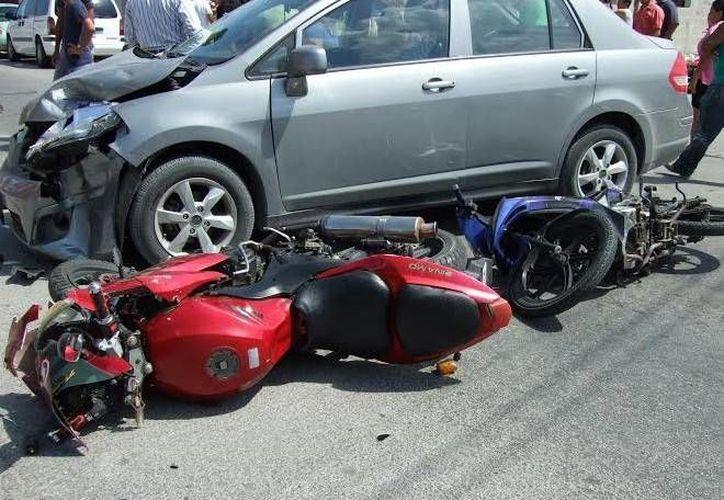 Una conductora arrolló dos motocicletas en el puerto de Progreso. (Óscar Pérez/SIPSE)