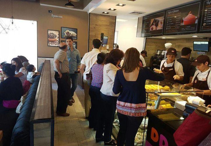La cadena Dunkin' Donuts regresó a Mérida este miércoles. Imagen del primer día de la apertura. (Milenio Novedades)