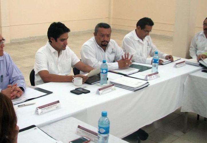 Trabajos de la sesión ordinaria del Consejo Educativo para Adultos, que se celebró ayer. (SIPSE)