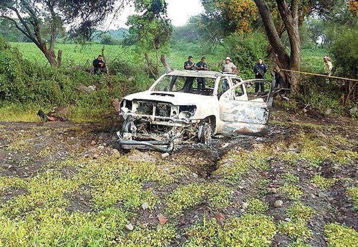 """La camioneta fue hallada """"cerca de la brecha que conduce a la comunidad de Chehuayito, cerca de ductos de Petróleos Mexicanos. (Miguel García Tinoco/Excelsior)"""