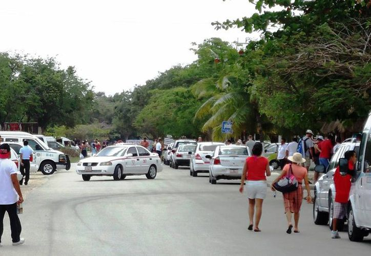 Los huéspedes de los hoteles que no tienen estacionamiento dejan sus vehículos en el camino costero, lo que complica el tránsito en dicha zona. (Rossy López/SIPSE)