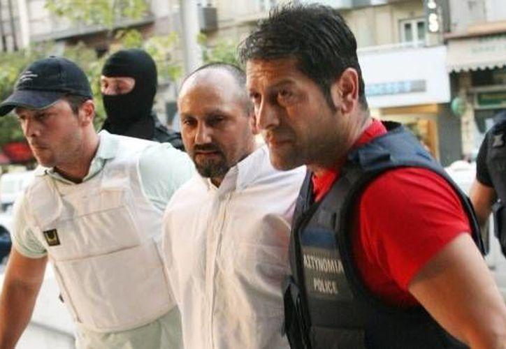 Desde 2009 Paleokostas (c) sigue en paradero desconocido tras haber escapado por segunda ocasión de una cárcel de alta seguridad. (AFP)