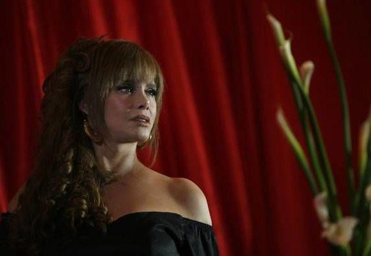 Lucía asegura no vivir de glorias pasadas. Acaba de interpretar a Lucrecia Dupri, está nominada al Grammy por su homenaje a Juan Gabriel y tiene planes de cine. (Agencias)