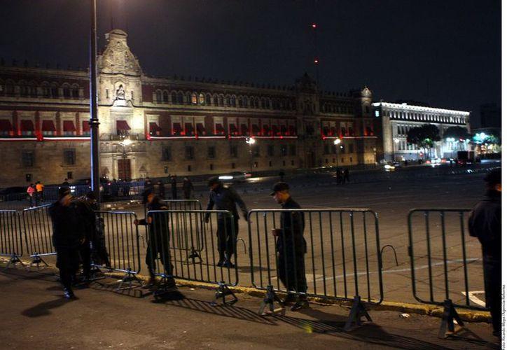 Cientos de vallas fueron colocadas en las inmediaciones del Zócalo capitalino durante la noche del jueves y madrugada de este viernes. (Reforma)