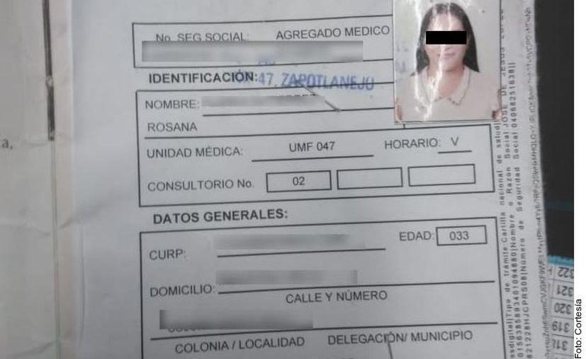 La mujer presentó un tarjetón del IMSS falso, por lo que fue detenida. (Agencia Reforma)