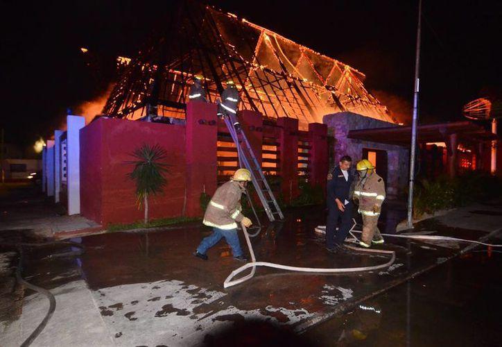 Los bomberos batallaron cerca de cuatro horas para controlar el fuego. (Cuauhtémoc Moreno/SIPSE)