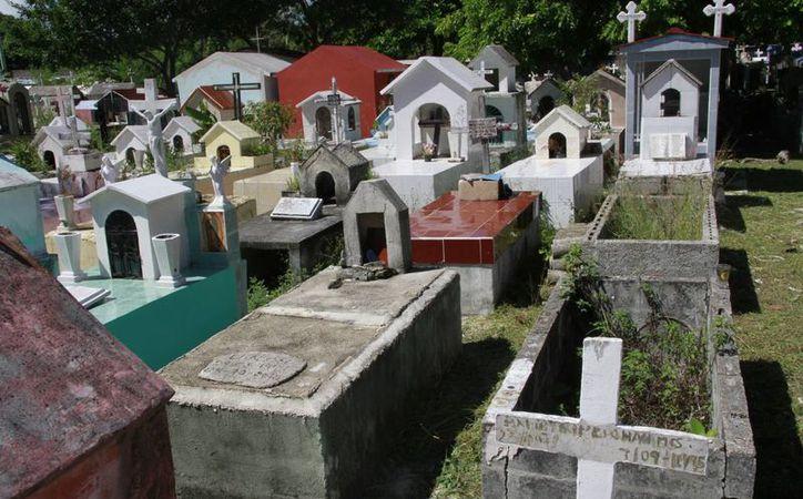 Refuerzan la limpieza en el panteón de Los Olivos, para recibir a los familiares de los difuntos. (Tomás Álvarez/SIPSE)