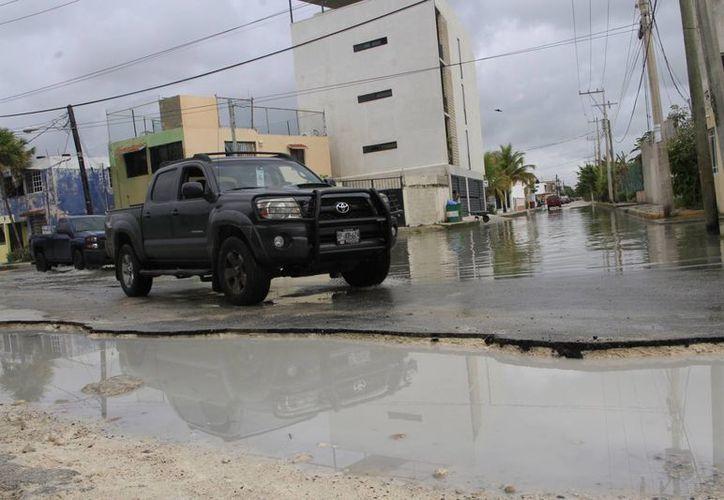 La lluvia, el agua de drenaje y  la basura, solamente han bajado unos cuantos centímetros. (Tomás Álvarez/SIPSE)