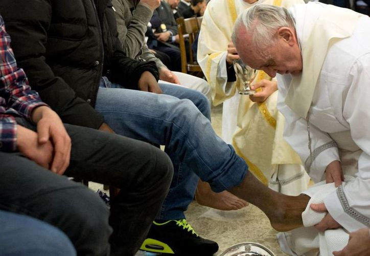 El ritual del lavado de pies se lo realizó a 12 presos, entre ellos tres mujeres y un musulmán. (MVS).