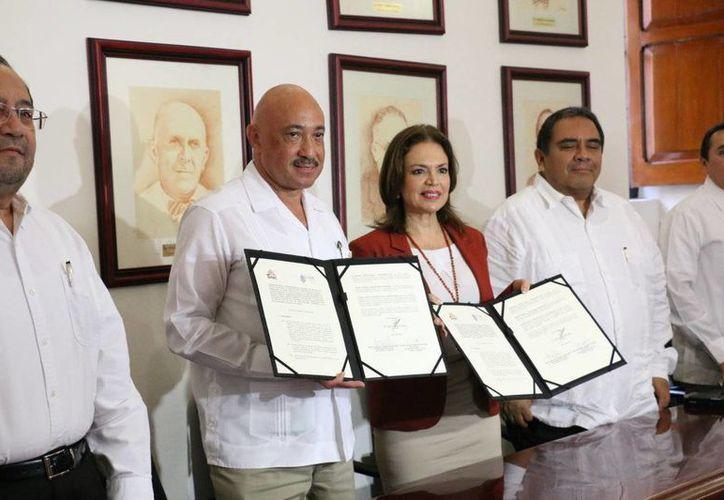 José de Jesús Williams, rector de la Uady, y María de Lourdes Rosas Moya, consejera presidenta del Iepac, en la firma de un convenio. (SIPSE)