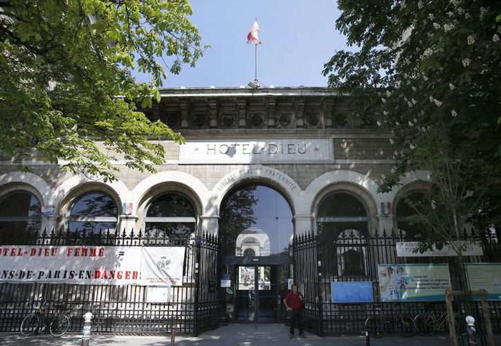 Vista de la fachada principal del hospital Hôtel-Dieu, donde la policía interroga supuestamente a Sid Ahmed Ghlam, un estudiante de informática de 24 años sospechoso de tener planes para cometer un atentado contra una o dos iglesias, en París. (EFE)
