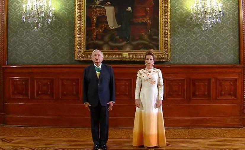 Algunos señalaron que el vestido le marcaba la figura, con mariposas que representaban la esperanza y flores, y un efecto degradado. [Foto: Captura de pantalla]