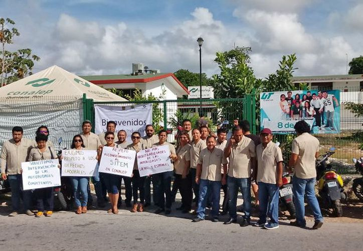Los maestros inconformes piden que se respeten sus derechos. (Jesús Tijerina/SIPSE)