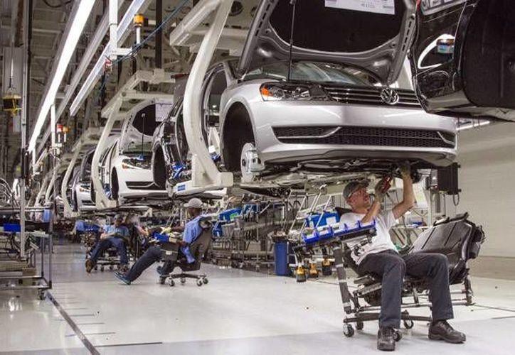 Volkswagen podría gastar poco más de mil millones de dólares para compensar a los propietarios de vehículos. Imagen de archivo de una planta de VW. (Archivo AP/ Erik Schelzig)