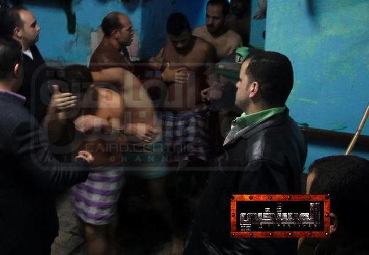 La detención de los hombres fue grabada y transmitida por un canal privado de televisión. (Twitteer/@sinetiquetasorg)