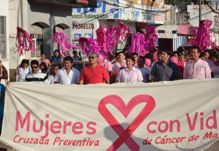 Madres de familia, funcionarios, niños y jóvenes, portaban pancartas alusivas a la causa. (Cortesía/SIPSE)