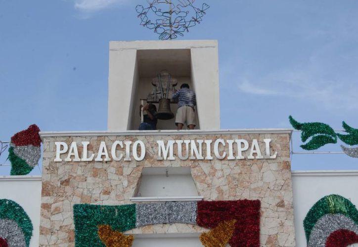 El Palacio Municipal luce con adornos del mes patrio. (Rossy López/SIPSE)