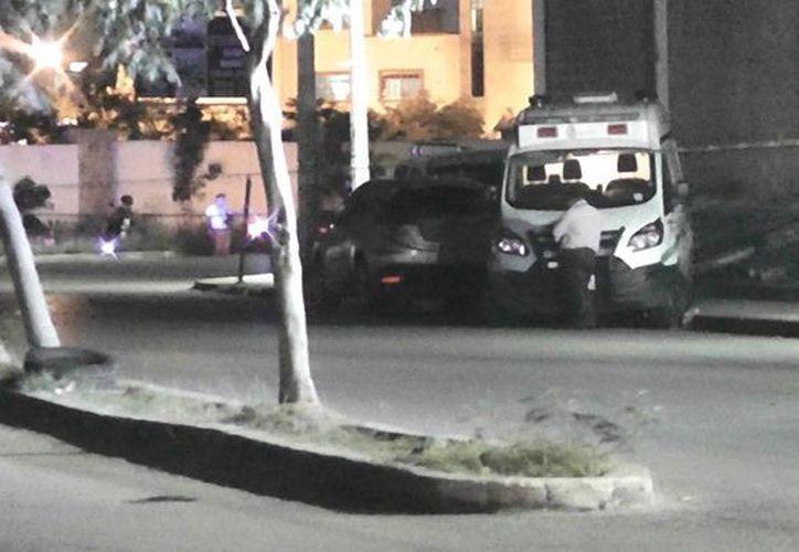 El vehículo fue remolcado hasta el Semefo, donde procederían a sacar el cuerpo. (Redacción)