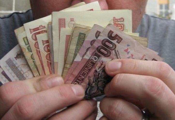 La mayor parte de los trabajadores utilizan su aguinaldo para el pago de deudas. (Internet)