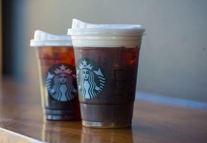 El plan de Starbucks incluye una tapa sin popote, como estándar para las bebidas frías de café y té. (Redacción)
