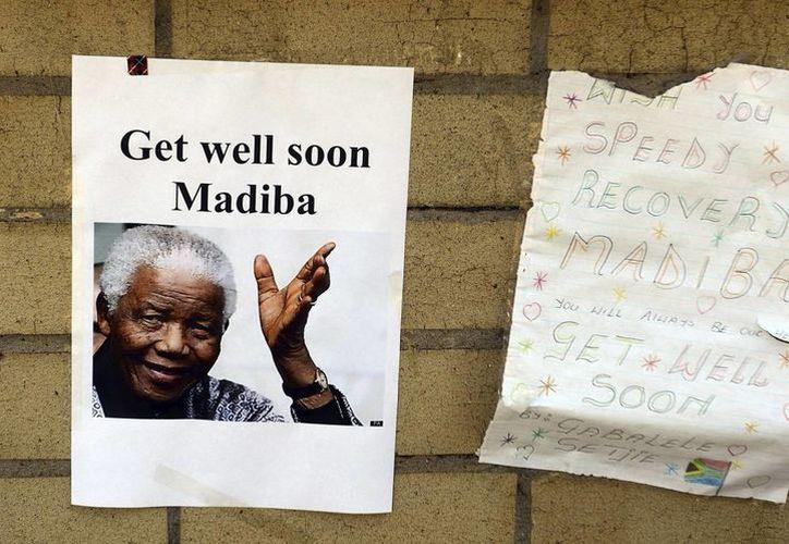 Mensajes de apoyo al expresidente sudafricano Nelson Mandela en la entrada del hospital en el que se encuentra en Pretoria, Sudáfrica. (EFE)