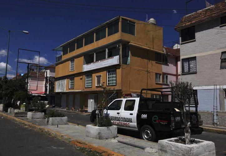 Vehículo policiaco junto a la clínica del Dr. Román Gómez Gaviria (víctima de intento de secuestro), en las afueras de la Ciudad de México. (Agencias)