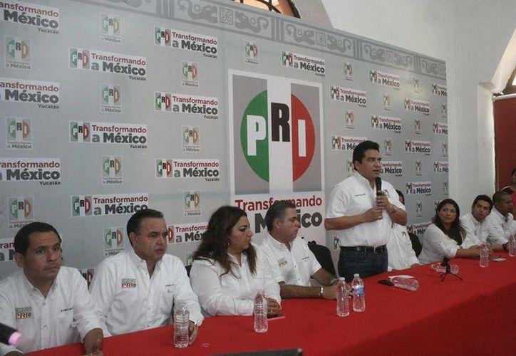 Carlos Pavón Flores, presidente estatal del PRI, habla durante el informe de los regidores priistas de Mérida. (SIPSE)