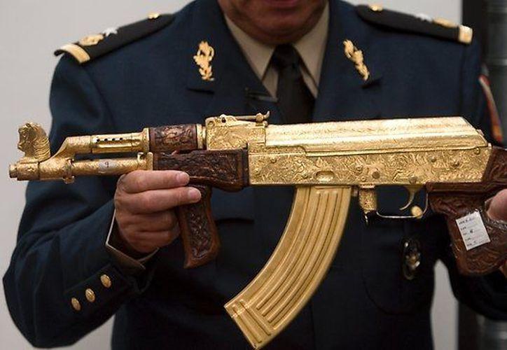 Entre las armas confiscadas está una AK-47 bañada en oro y con incrustaciones de diamantes. (Foto de contexto/Agencias)
