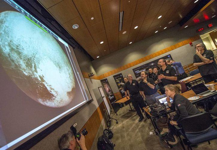 Miembros de la NASA observan el avance de la nave New Horizons, que se aproxima a Plutón, que alguna vez fuera el noveno y último planeta del Sistema Solar, pero que desde 2006 solo se considera un planeta enano. (Foto: AP)