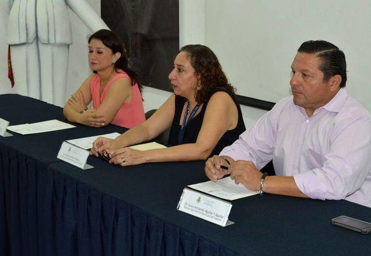 Los organizadores de la carrera por el Día Internacional de la Mujer esperan la participación de 500 personas. En la imagen, durante la presentación del evento, la directora del Instituto Municipal de la Mujer, María Elena Páramo (centro), y el coordinador  del Instituto Municipal del Deporte (IMD), Jesús Aguilar y Aguilar. (Milenio Novedades)