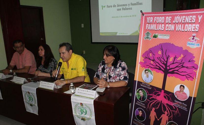 En una conferencia de prensa, integrantes del organismo dieron a conocer el proyecto que planea fortalecer los valores familiares. (Enrique Mena/SIPSE)