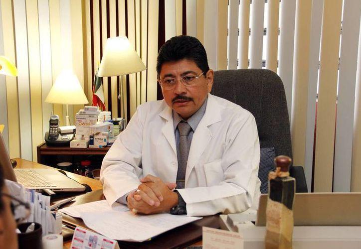 El médico yucateco Jacinto Herrera León recibirá el 'doctorado honoris causa' de la Universidad Instituto Americano Cultural. (Milenio Novedades)