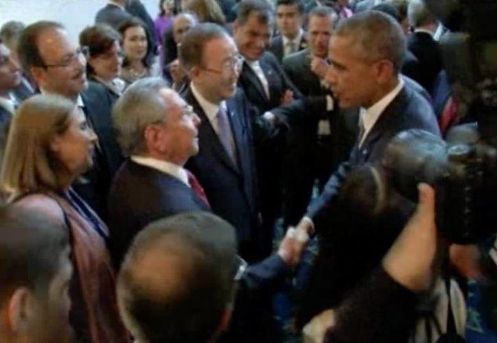 Se espera que este sábado Castro y Obama sostengan un encuentro más extenso en el último día de la Cumbre de las Américas. (AP)