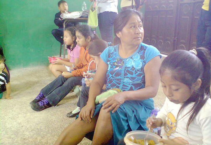 Al menos una docena de padres de familia de la escuela Albino Corzo han expresado su malestar por los actos de la profesora. (pendulodechiapas.com.mx)