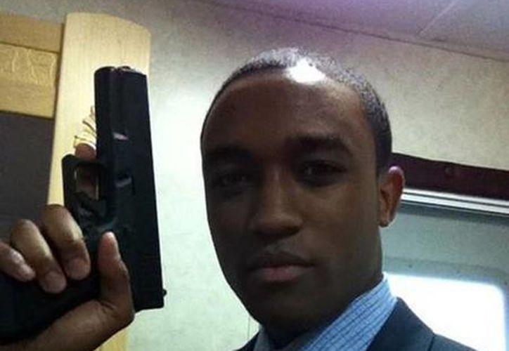 El actor Lee Thompson Young posa con una pistola en el set de grabación de la serie Rizzoli & Isles. (Facebook oficial)