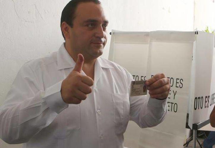 El gobernador acudió a votar en Cozumel (Redacción/SIPSE)