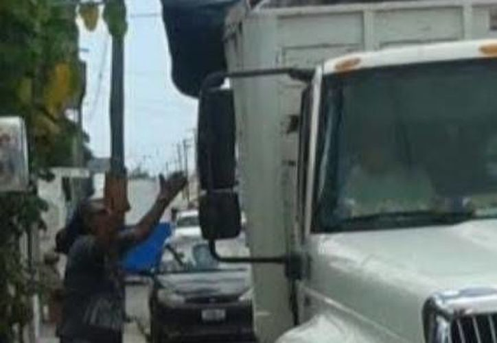 Este es el vehículo que se lleva la basura del empleado municipal de tres a cuatro veces por semana. (Óscar Pérez/SIPSE)