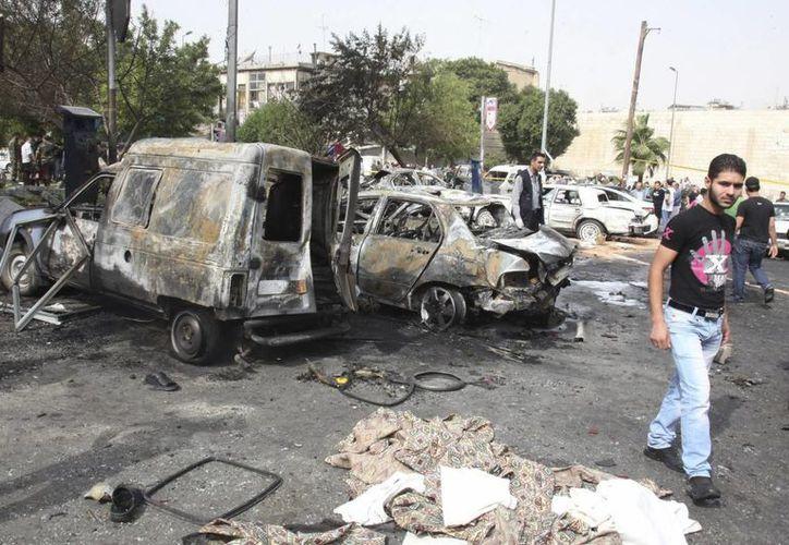 Equipos de rescate inspeccionan el lugar donde estalló un coche bomba frente a una comisaría en la plaza Bab Touma en Damasco. (EFE/Archivo)